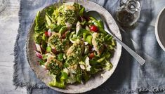 A vibrant and zesty Levantine salad with crispy, olivey bread.