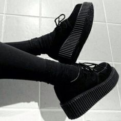 Pinterest // @palewolf_ Black Creepers, Creepers Shoes Outfit, Goth Shoes, Shoe Boots, Shoes Heels, Platform Creepers, Platform Sneakers, Gothic Fashion, Grunge Fashion