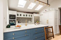 Kitchen Extension in London - Ideas and Inspiration - Bespoke Kitchens for Living In. Made in Kent, UK Kitchen Banquette, Kitchen Island Table, Kitchen Cabinets Decor, Kitchen Islands, Green Kitchen, New Kitchen, Kitchen Redo, Kitchen Living, Room Kitchen