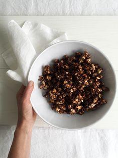 Raw chocolate popcorn - perfect combination of sweet and salty // Raakasuklaapopcornit - suolaisen ja makean täydellinen  combo (by Karita Tykkä)