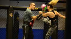 Meninas, venham ver um vídeo mostrando a dinâmica de um treino de Boxe e Muay Thai para mulheres.