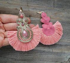 orecchini soutache, boucles d'oreilles soutache, big earrings, boho earrings Soutache Earrings, Big Earrings, Tassel Earrings, Jewelry Crafts, Handmade Jewelry, Diy Schmuck, Fabric Jewelry, Gothic Jewelry, Beaded Embroidery