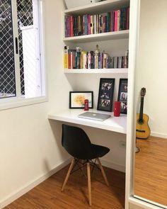 Escrivaninha branca: 60 modelos para decorar seu escritório com classe Room Design Bedroom, Room Ideas Bedroom, Home Room Design, Home Office Design, Home Office Decor, Home Bedroom, Bedroom Decor, Home Decor, Desks For Small Spaces