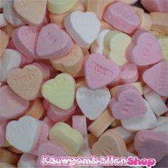 Vruchtenhartjes 1kg - Harde zoete snoephartjes in verschillende kleuren. Deze hartjes zijn voorzien van tekst.  Inhoud verpakking: 1 kilo