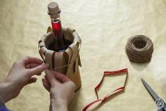 confezione_regalo_natale_bottiglia Wine Bottle Gift, Beer Bottle, Hampers, Gifts, Diy, Vintage, Decorated Bottles, Decorations, Christening