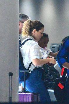 Leandra Leal é clicada na companhia da filha Julia em aeroporto no Rio