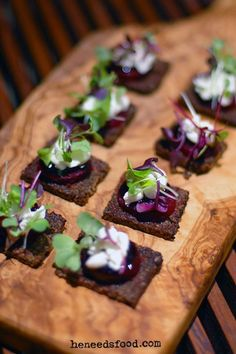 Goat cheese & baby beet canape with balsamic glaze & micro herbs beterraga Canapes Recipes, Appetizer Recipes, Canapes Ideas, Kitchen Gourmet, Gourmet Desserts, Plated Desserts, Micro Herbs, Brunch, Balsamic Glaze