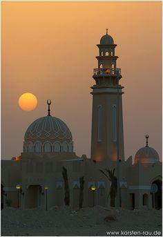 Sunset West Bay Mosque, Doha - Doha, Al Wakrah. Catar (en árabe clásico: قطر AFI: [ˈqɑtˁɑr] Árabe del Golfo [ɡɪtˤɑr]; nombre oficial: دولة قطر;'), escrito Qatar según la nomenclatura de la ONU. Emirato del Oriente Medio ubicado en una pequeña península en el golfo Pérsico.