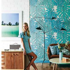 Photo via: Real Living This bright palm print wallpaper complements the beachy elements of this modern room. Sala Tropical, Estilo Tropical, Tropical Style, Coastal Style, Decoration Chic, Happy Room, Print Wallpaper, Wallpaper Ideas, Amazing Wallpaper