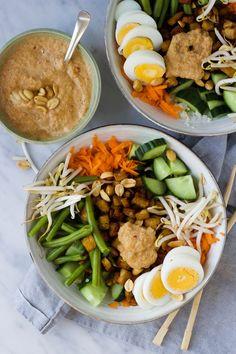 Gado gado salade met bloemkoolrijst, tempeh en pindadressing - % Veg Recipes, Asian Recipes, Vegetarian Recipes, Cooking Recipes, Healthy Recipes, Tempeh, Gado Gado, Healty Lunches, Good Food