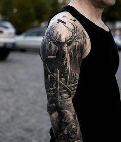 tatouage cerf au bras musclé, tenue noire, image de cerf dans la forêt