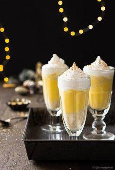 Elfenpunsch mit Glitzerstaub. Herrlich cremiger Eierlikör Punsch mit Orangensaft, Weihnachtsgewürzen und Zuckerperlen.