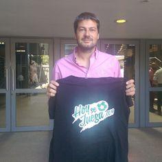 Matias Lammens, presidente de San Lorenzo con la camiseta de HoySeJuega