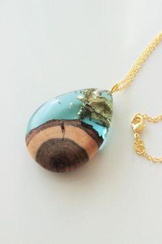 Gold Halskette mit Holz-Harz-Anhänger - handgemacht aus Birnbaumholz und türkis…