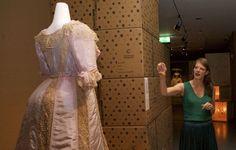 Centraal Museum Utrecht 'Uit de Mode' (2017) Modeconservator Ninke Bloemberg bij een japon uit 1902 die speciaal voor de expositie is gerestaureerd. Foto: Ton van den Berg