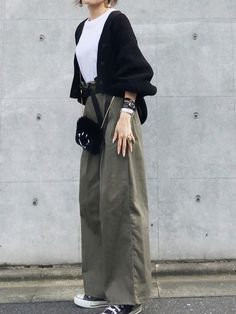 way to dress up a plain white shirt. Modest Fashion, Hijab Fashion, Korean Fashion, Fashion Outfits, Womens Fashion, Japan Fashion, Look Fashion, Daily Fashion, Mode Outfits