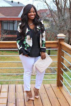 Edel und zugleich frühlingshaft: Bloggerin Brittany von Pockets and Bows kombiniert zum floralen Blazer (von Forever 21) eine weiße Jeans (von Old Navy), nudefarbene Pumps (von Christian Louboutin), ein schwarzes Shirt und eine gesteppte Clutch (von H&M). Was sagt ihr zu Brittanys Streetstyle?