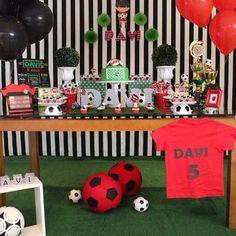 Chega uma idade na vida de um menino apaixonado por futebol que um aniversário no tema não pode faltar! Quer uma decoração assim? Entre em contato conosco! #festafutebol #decoraçãodemenino #decoraçaodefesta #aniversarioinfantil #feztacomz