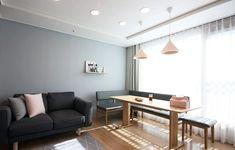 전문가들을 통해서 건축 아이디어 및 영감을 얻어보세요. homelatte 의 핑크 포인트 새아파트 신혼집 홈스타일링   homify Relax, Dining Bench, My House, New Homes, Living Room, Interior Design, Table, Projects, Furniture