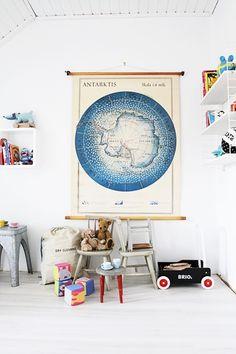 Un mapa de la antártida en el dormitorio infantil