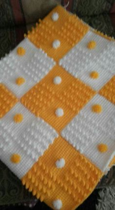 This Pin was discovered by Esr Crochet Granny, Crochet Baby, Granny Square Blanket, Baby Afghans, Sleeping Bag, Diy And Crafts, Crochet Patterns, Quilts, Blankets