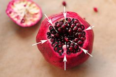 You still remember the weird fruit that seems so impossible to consume. Yes, the pomegranate one oft Healthy Snacks, Healthy Eating, Healthy Recipes, How To Open Pomegranate, Good Food, Yummy Food, Tasty Kitchen, Kitchen Tips, Fruits And Veggies