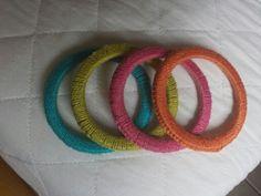 Pulseiras de argolas em crochet colorido