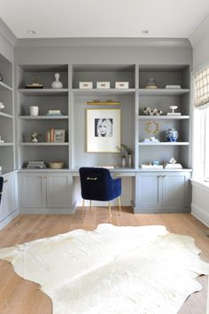Her office and the one that works - Monika Hibbs - Home Office - Salade Recept - Fitness Built In Shelves Living Room, Built In Desk, Built In Bookcase, Built In Cabinets, Office Bookshelves, Build In Bookshelves, Home Office Shelves, Home Office Cabinets, Shelves Built Into Wall