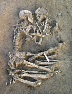 Due scheletri abbracciati da 6000 anni. Sono stati trovati a Valdaro, in una zona industriale vicino Mantova durante alcuni scavi