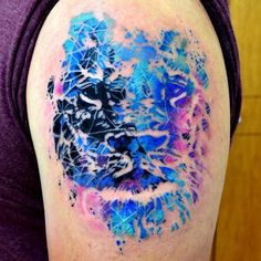 Amazing negative space/burnout Lion by Javi Wolf Elephant Tattoos, Wolf Tattoos, Feather Tattoos, Leg Tattoos, Body Art Tattoos, Sleeve Tattoos, Tattoo Art, Tatoos, Trendy Tattoos