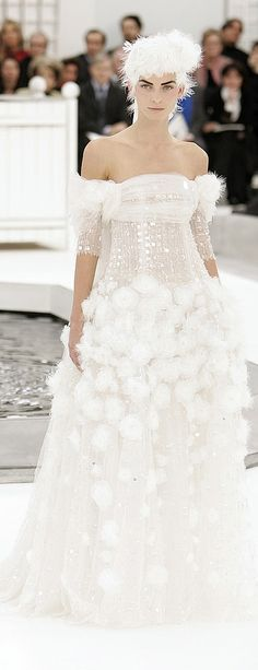 Pin for Later: So You Say You're a Chanel Fan? Haute Couture Spring 2005 Way before Black Swan, Karl showed stark white feathers with a fitted bustier and matching headpiece. Olivia Palermo, Elie Saab, Couture Fashion, Paris Fashion, Couture Style, High Fashion, Chanel Wedding Dress, French Fashion, Vintage Fashion