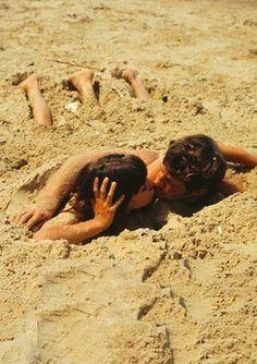 """Anna Karina e Jean-Paul Belmondo em """"Pierrot le fou"""" (1965), filme de Jean-Luc Godard lançado no Brasil com o título """"O Demônio das Onze Horas"""". Veja mais em: http://semioticas1.blogspot.com.br/2011/11/cahiers-du-cinema.html"""