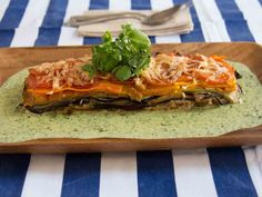 Lasaña de vegetales y queso azul con salsa de berros