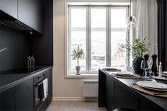 Design noir dans un appartement de 53m2 - PLANETE DECO a homes world Cheap Rustic Decor, Cheap Home Decor, Home Design, Style Tropical, Ikea, Open Concept Home, Cheap Bathrooms, Top Interior Designers, Cuisines Design