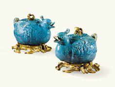 """Paire de théières en en forme de canard en porcelaine de Chine turquoise d'époque Kangxi (1662-1722) et monture de bronze doré d'époque Louis XV -decoration: underline;""""Sotheby's"""