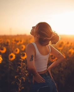 Model Poses Photography, Summer Photography, Girl Photography Poses, Artistic Photography, Concept Photography, Outdoor Photography, Sunflower Field Pictures, Sunflower Field Photography, Teen Photo Shoots