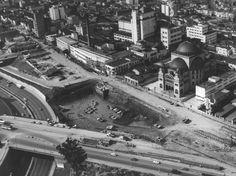 A Catedral Metropolitana Ortodoxa (no canto direito) foi inaugurada em 1954, no Paraíso. Sua construção começou em maio de 1942, com o lançamento da pedra fundamental no número 1515 da rua Vergueiro. Teve como principais financiadores membros da comunidade ortodoxa brasileira. Nessa foto da década de 70, a igreja é vista de cima. Ao seu lado, estão as obras do metrô Paraíso.