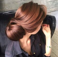 Are you looking for auburn hair color hairstyles? See our collection full of auburn hair color hairstyles and get inspired! Gold Hair Colors, Brown Hair Colors, Rose Gold Brown Hair Color, Medium Brown Hair Color, Cabelo Rose Gold, Brown Hair Trends, Hair Color Auburn, Auburn Red, Short Auburn Hair