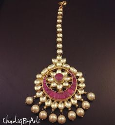 20 Maang Tikka, The Perfect Touch Of Elegance To Your Wedding Look - Trending in 2018 - Tikli.in- Fashion and Beauty Trends, Designer Collections, Exclusive Deals, Bollywood Style and Tika Jewelry, Head Jewelry, Jewelry Design Earrings, Royal Jewelry, Antique Jewellery Designs, Indian Jewellery Design, Indian Jewelry, Wedding Accessories, Wedding Jewelry