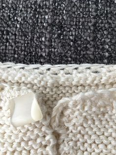 CHAQUETA BEBÉ, tejido dos agujas. ( Baby jacket, knitted ) TUTORIAL Baby Vest, Baby Cardigan, Knitted Blankets, Merino Wool Blanket, Poncho With Sleeves, Crochet Baby Jacket, T Bar Shoes, Knitted Baby Clothes, Learn How To Knit