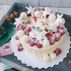 В этот раз у нас было много нежных «снежных» тортиков ❄️☃️ Торт на конкурс #это_мой_торт_январь от @anuta_maletina спонсор @decostore.moscow #foodbookcake #newyear_fbc ________ С нашим ассортиментом, ценами и всей необходимой информацией по заказам Вы можете ознакомиться на нашем сайте, ссылку на который найдете в шапке профиля. В ДИРЕКТЕ НЕ ОБЩАЕМСЯ ПО ЗАКАЗАМ.