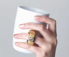 【Cup Ring】 取っ手のリングに薬指をはめれば、ロマンチックなストーリーが完成します。使うたびに幸せな気持ちになるマグカップです。