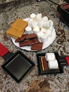 Raclette grill s& - Graham crackers, chocolate and marshmallows - Yum . , Raclette grill s& - Graham crackers, chocolate and marshmallows - Yummi! Fondue Raclette, Raclette Party, Raclette Ideas Dinner Parties, Fondue Recipes, Snack Recipes, Snacks, Oreo Desserts, Pudding Desserts, German Recipes