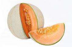 Le #melon - Si vous voulez éliminer, c'est le fruit idéal! Il est très riche en minéraux (bêtacarotène, magnésium, phosphore, calcium, fer, cuivre et zinc). Tous sont dotés de vertus laxatives qui vont accélérer le transit, éviter de stocker et donc empêcher de prendre du poids. Sa haute teneur en fibres est aussi un atout «ventre plat». Il a, de plus, un faible apport calorique (38 Kcal/100 g).