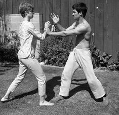 Bruce Lee and his wife Linda Lee Practice Kung Fu ☯️ Kung Fu, Bruce Lee Training, Bruce Lee Family, Bruce Lee Martial Arts, Bruce Lee Photos, Jeet Kune Do, Chinese Martial Arts, Martial Artists, Jackie Chan