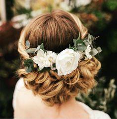 "Gefällt 10 Mal, 1 Kommentare - Marie Catherine le Hodey (@mariecatherinelehodey) auf Instagram: ""Inspiration coiffure . Couronne de fleur chignon romantique. #romanticwedding #couronnedefleurs…"""