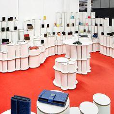 Stand con tubos de cartón para Lugupell. Expositores de zapatos y complementos. Producido por Cartonlab. Booth made out cardboard tubes for Lugupell. Shoe and complement exhibitors. Produced by Cartonlab.