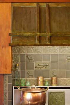 The kitchen features a copper hood and relief tiles.