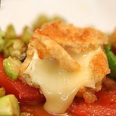 Sałatka ze smażonym camembertem i szparagami | Kwestia Smaku