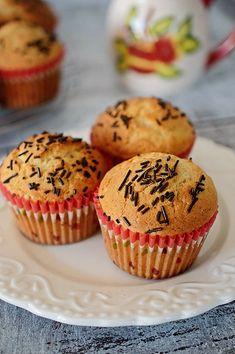 Briose pufoase cu unt de arahide - Dulciuri fel de fel Food Photo, Muffins, Deserts, Good Food, Cupcakes, Unt, Cookies, Breakfast, Sweet
